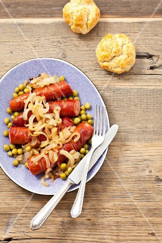 Sausage with onions, peas and bread rolls