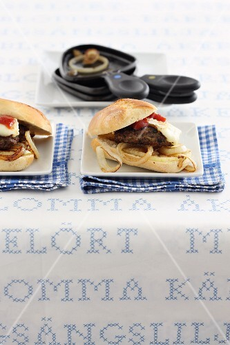 Mini burgers with onion rings and raclette cheese