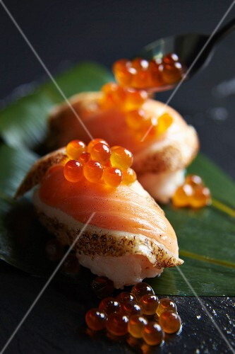 nigiri sushi mit kurzgebratenem lachs und lachskaviar bild kaufen 11380865 stockfood. Black Bedroom Furniture Sets. Home Design Ideas
