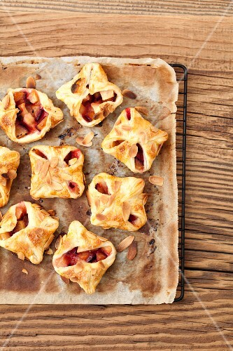 Puff pastry parcels with apples, plums and flaked almonds