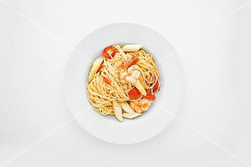 Spaghetti with asparagus, pawns and tonka beans
