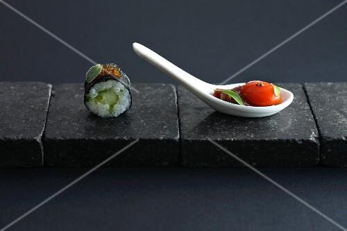 East meets West: Maki-Sushi und Tomate mit Basilikum