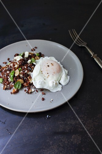 Rice salad with Bhutan red rice and poached egg (Asia)