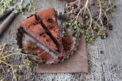 Schokoladenkuchen mit Kirschen und Holunderbeeren