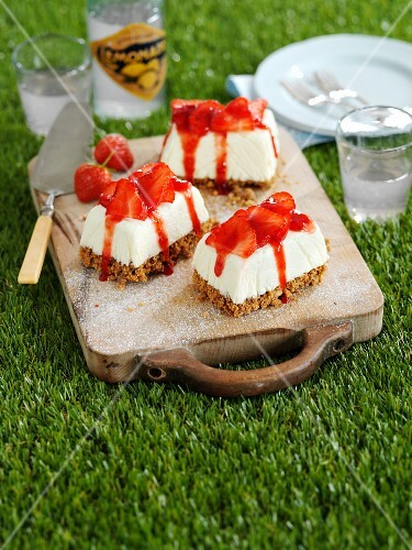 Mini strawberry cheesecakes for a picnic