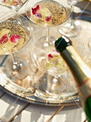 Sparkling cocktails with rose buds and lime