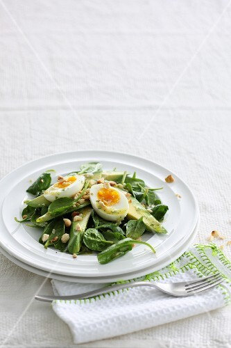 Spinach salad with avocado and boiled-egg