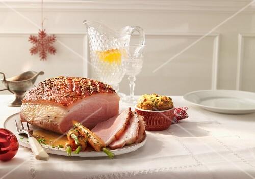 Glazed ham with bread pudding (USA)