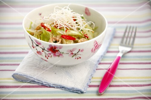 Noodle salad with chicken, mange tout and chillis
