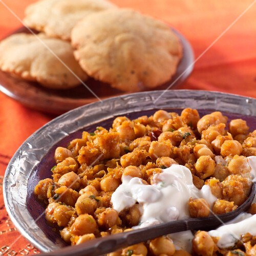 Chickpeas with yoghurt sauce (India)