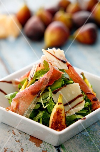 Lamb's lettuce with figs, ham and Parmesan cheese