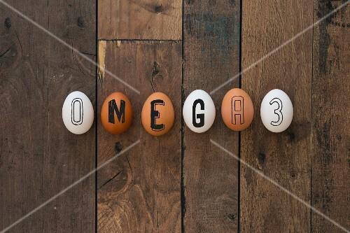 Eine Reihe Eier mit der Aufschrift Omega 3
