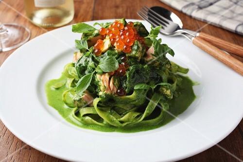 Spinach tagliatelle with salmon and salmon caviar