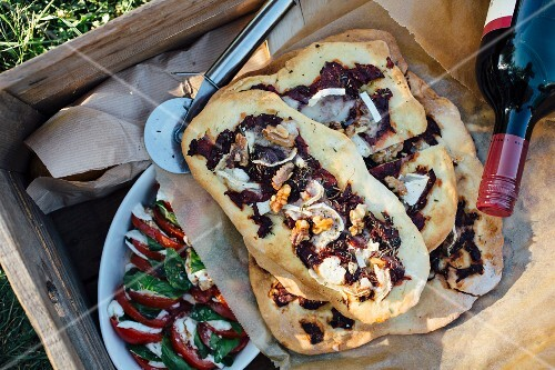 Beetroot pizza with goat's cheese