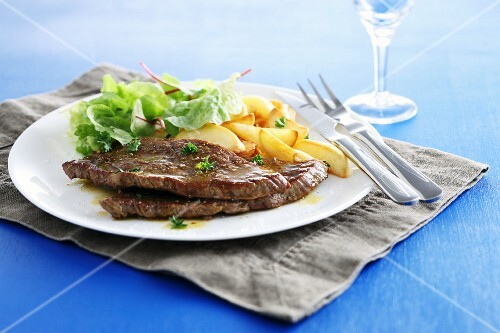Beef steaks with lettuce and apple
