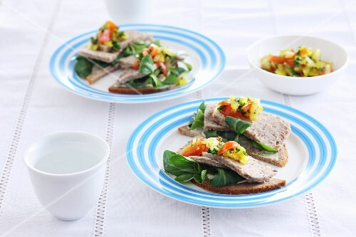 Rye bread with meat aspic, lamb's lettuce and tomato and pepper salad