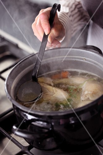 Eine Hühnersuppe kochen