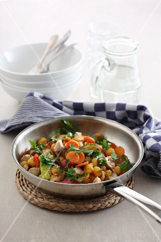 Fried chicken with vegetables and chickpeas