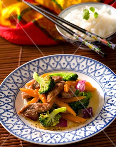 Duck breast with carrots, broccoli and red onions (Asia)