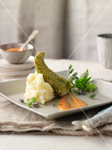 Green breaded salmon-basse with red mojo and mashed potatoes and garlic