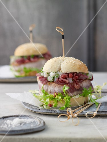 Tuna burgers with an apple and onion chutney