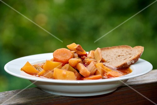 Potato stew with carrots and bread