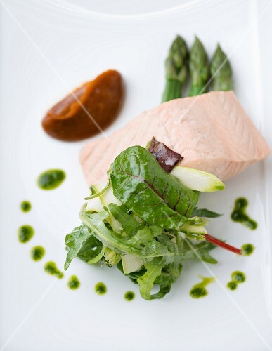 Salmon fillet with asparagus and spinach