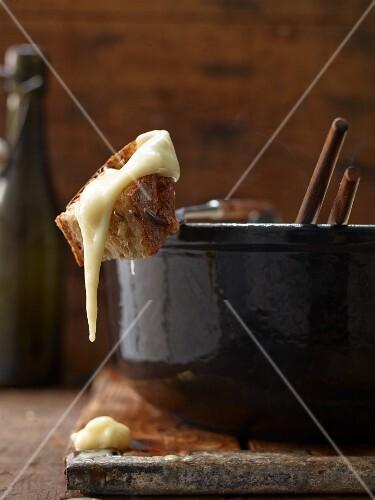 Käsefondue mit Brotstück