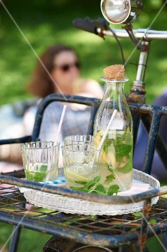 Lemon and mint iced tea for a picnic