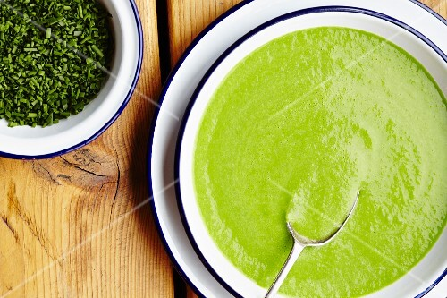 Cream of pea soup with chives (seen from above)