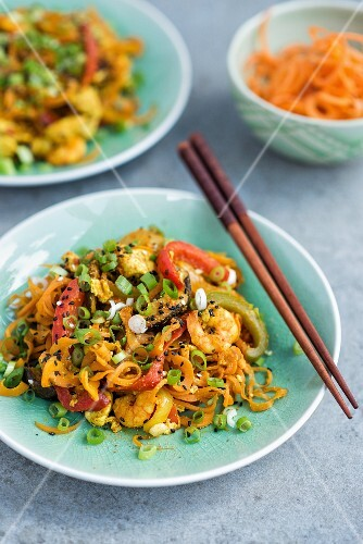 Fried carrot noodles with chicken, prawns and vegetables (Asia)