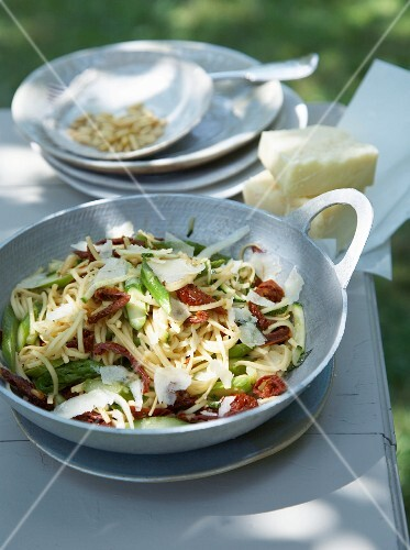 Stir-fried noodles with courgette and green asparagus