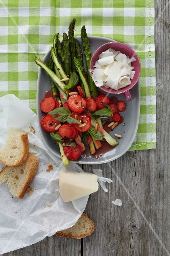 Green asparagus with balsamic strawberries
