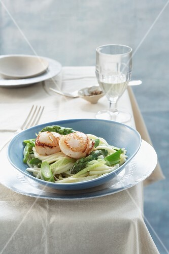 Linguine with scallops and green asparagus