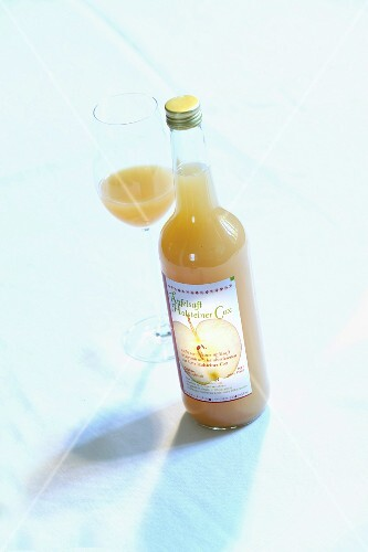 A bottle of 'Holsteiner Cox' apple juice and a glass of juice