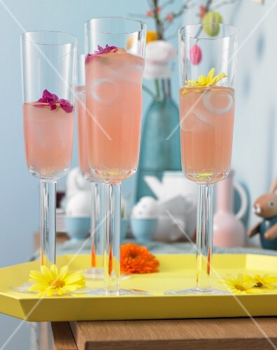 Pink Spring: cocktail with lemonade, strawberry syrup and gin