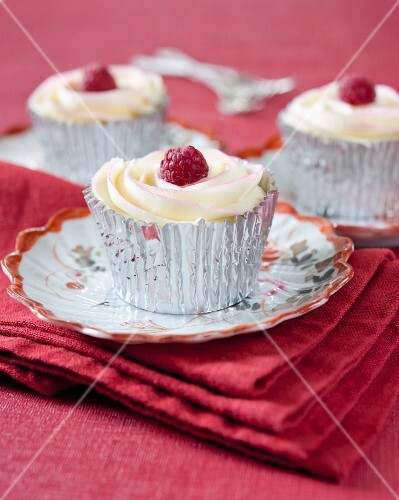 White chocolate cupcakes with raspberries