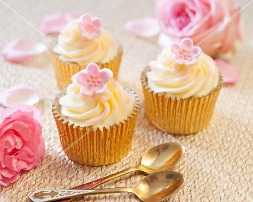 Vanilla cupcakes with pink fondant flowers