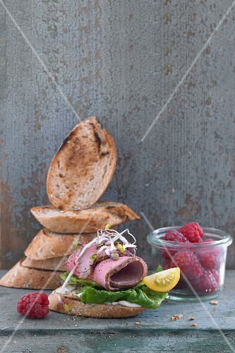 Grilled bread with roast beef and raspberries