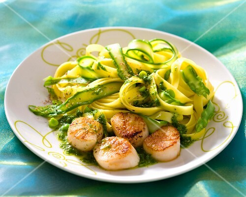 Scallops with tagliatelle and green asparagus