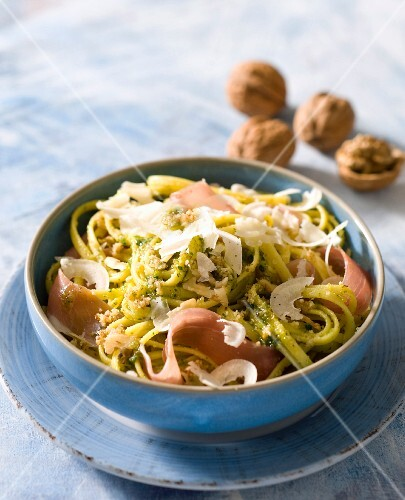 Pasta with ham, pesto and walnuts