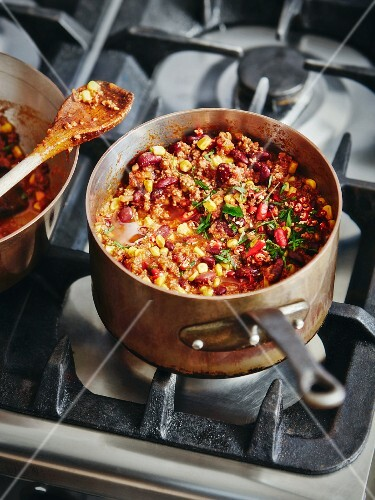 Chili con Carne im Kupfertopf auf dem Herd