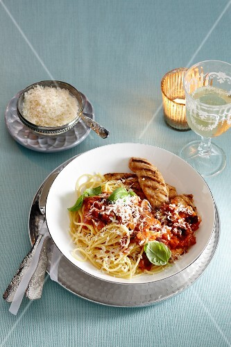 Spaghetti with tomatoes and chicken breast