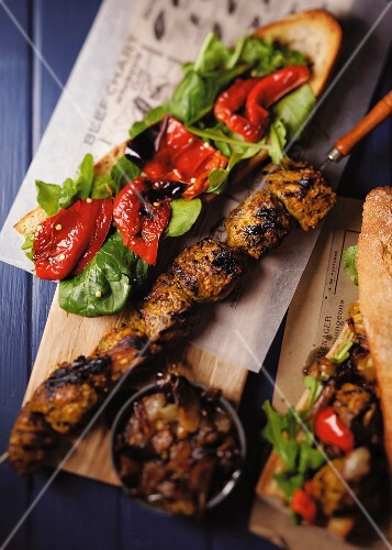Barbecue skewers with spinach and pepper crostino and caramelised onions