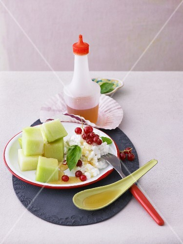 Cottage cheese with redcurrants and Galia melon