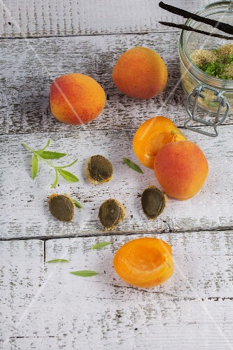 Apricots with stones and verbena, brown sugar and vanilla pods