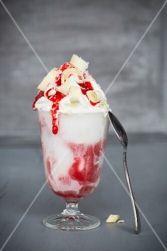 Frozen yoghurt with strawberry sauce and white chocolate