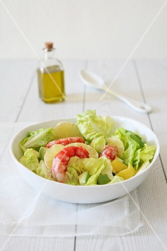 Green salad with lemons and prawns