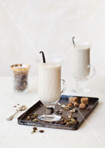 Cafe latte with vanilla and cardamom