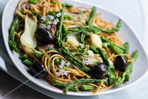 Spaghetti with green wild asparagus, thyme flowers and spring onions